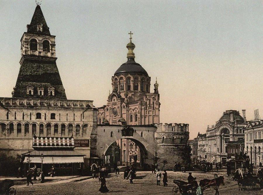 Les Portes Vladimirski de Kitaï-Gorod (XVIe siècle) et la chapelle de Panteleïmon-le-guérisseur (XIXe siècle) entre la rue Nikolskaïa et la place Loubianka. Les deux bâtiments ont été démolis en 1934. Photo prise à la fin des années 1900
