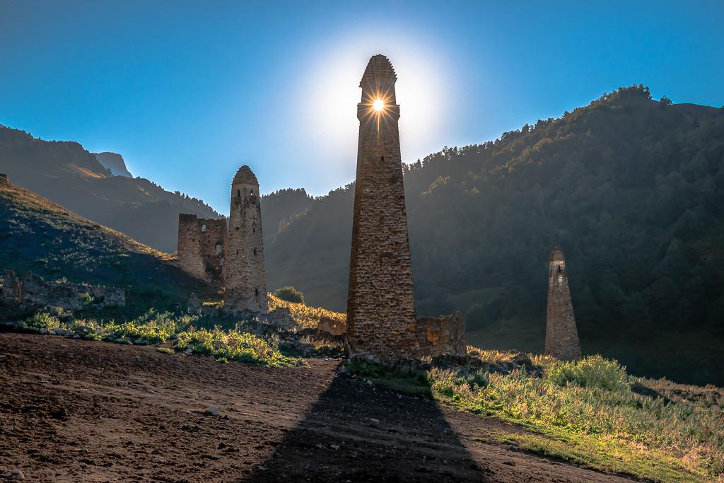 Torres en la antigua ciudad de Niy en Ingusetia