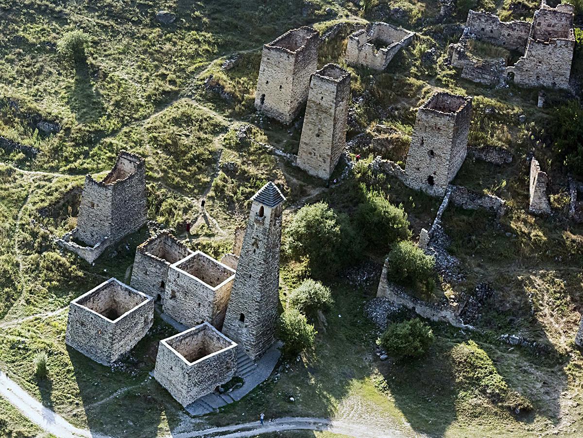 Le site ingouche d'Egikhal est particulièrement spectaculaire, avec cinq tours de combat, six tours polyvalentes et cinquante tours résidentielles. Plus de 100 sépultures, 3 sanctuaires, et un mausolée s'y trouvent également.