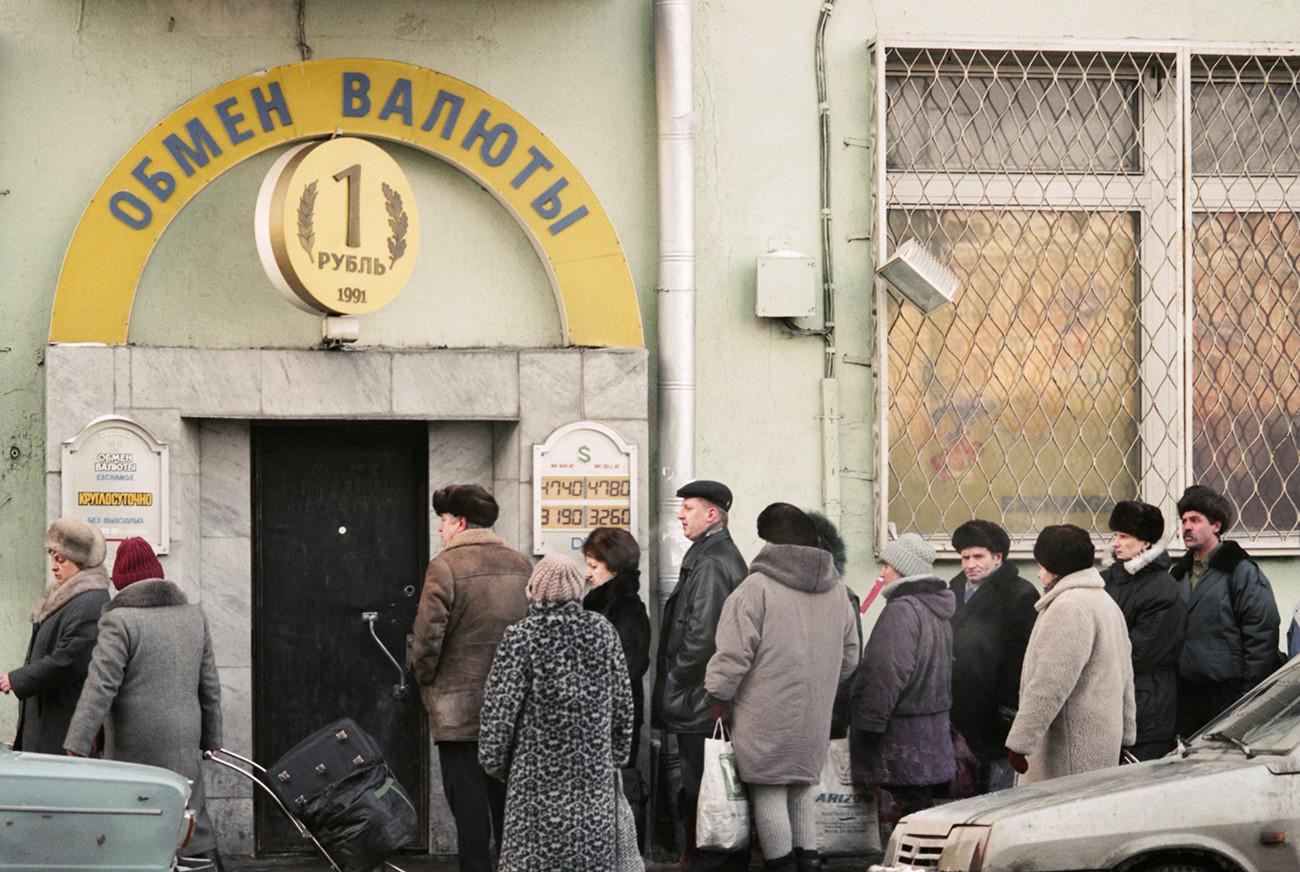 Antrian di penukaran valuta asing, Moskow, Maret 1996.