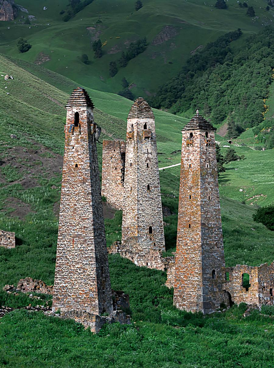 Menara-menara di permukiman kuno Niy, Ingushetia, Distrik Dzheyrakhsky.