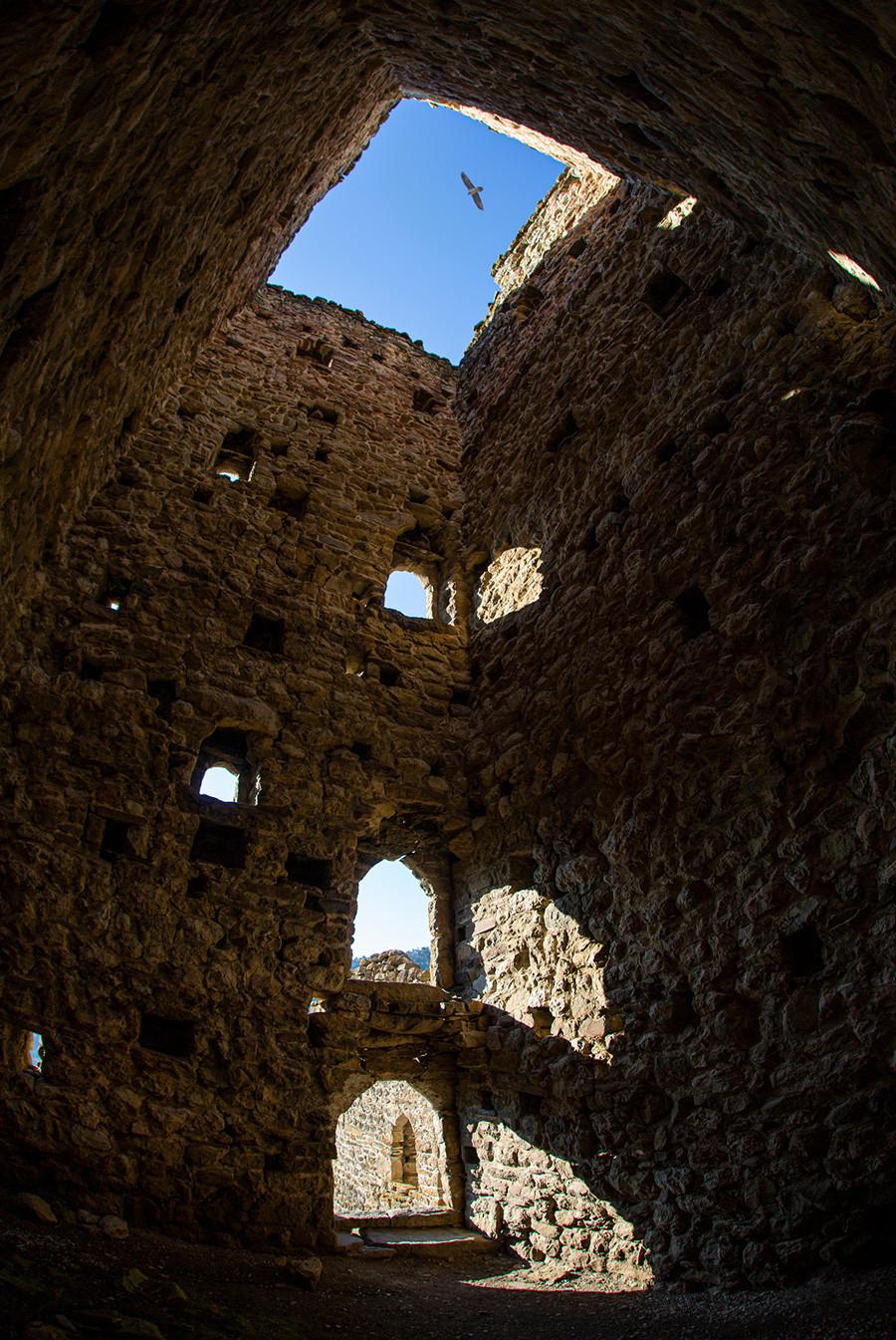 Bagian dalam menara Ingush (setiap lantai memiliki lantai kayu, sekarang sudah hilang).