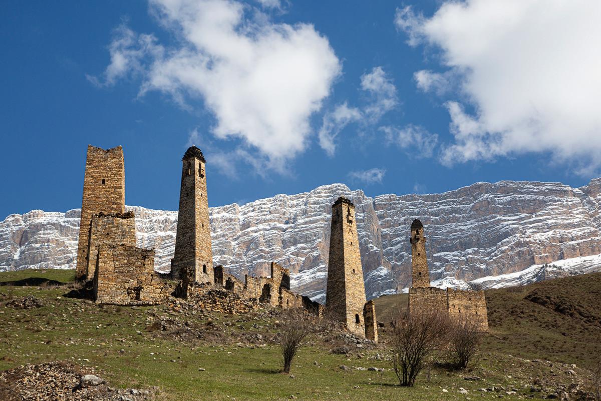 Kompleks menara di Distrik Dzheyrakhsky, Ingushetia, pada musim semi.