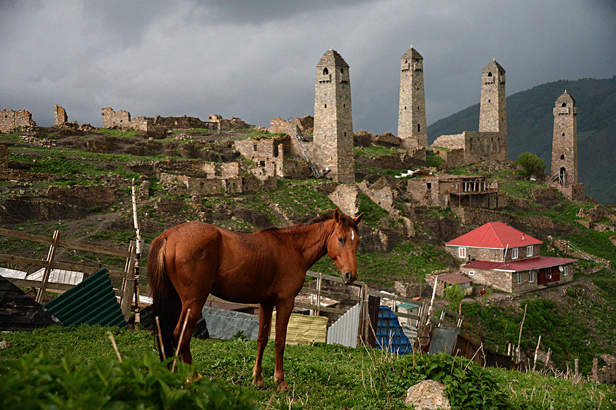 Menara-menara pertahanan di Desa Sharoi.