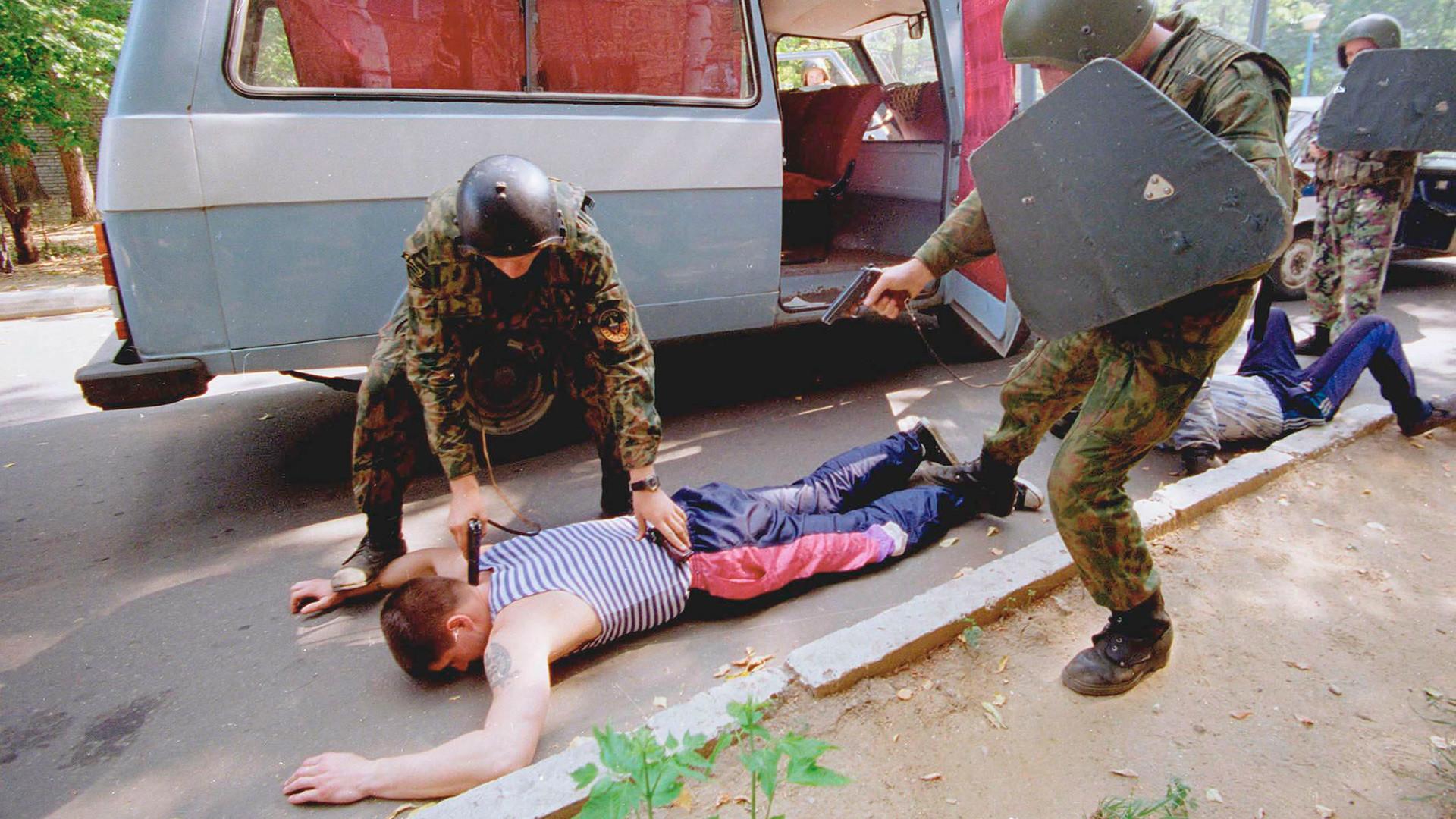 モスクワのOMON(特別任務機動隊)が容疑者を逮捕する。