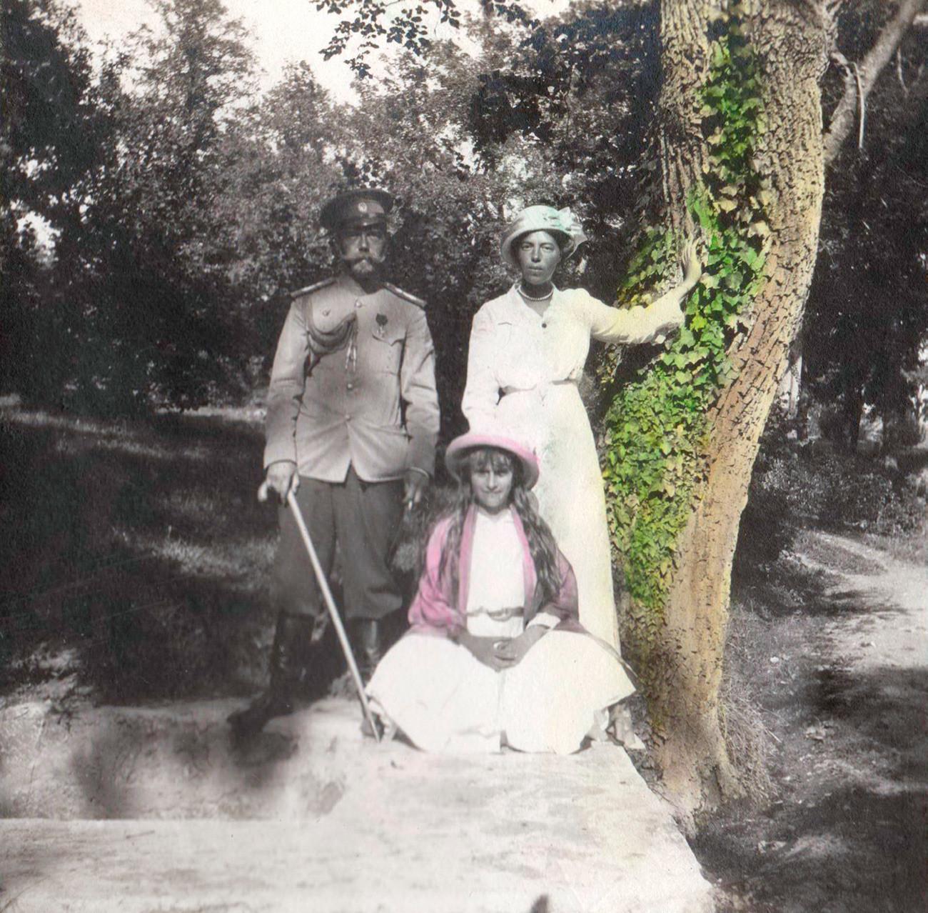 Nicolas II, sa fille Anastasia et sa sœur Olga. La photographie a été coloriée par Anastasia.