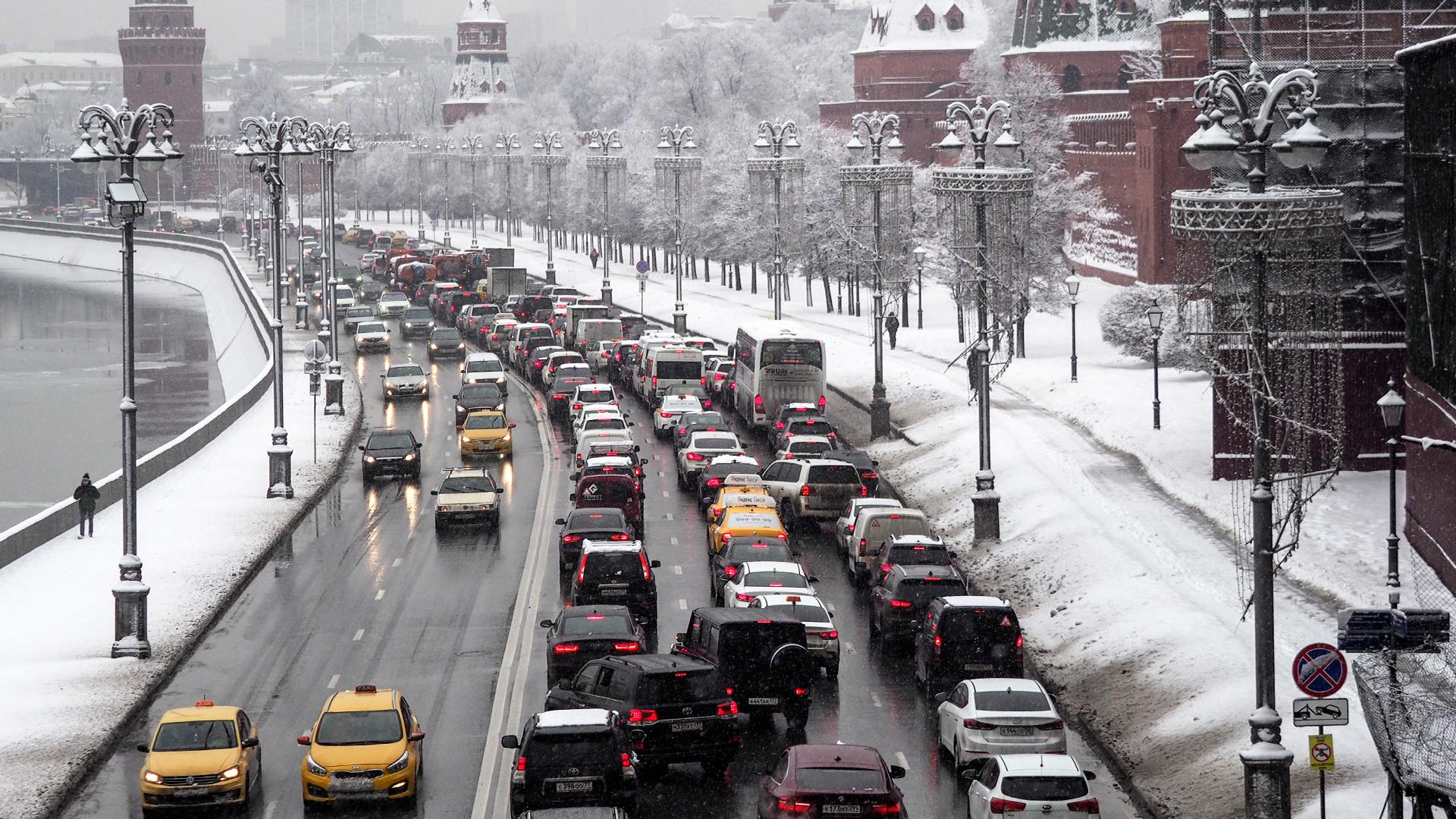 Embouteillages sur les berges de la Moskova, au pied du Kremlin de Moscou