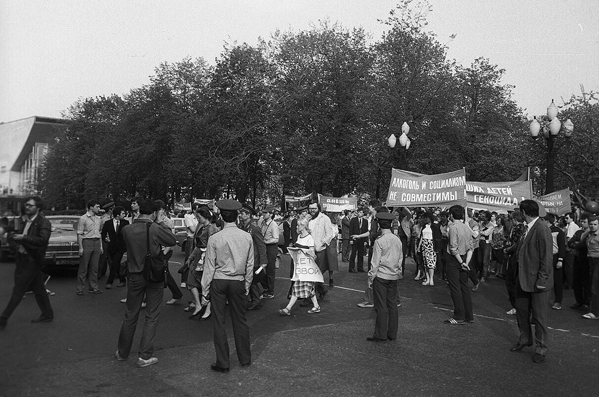 プーシキン広場で行われた運動と賛成デモ