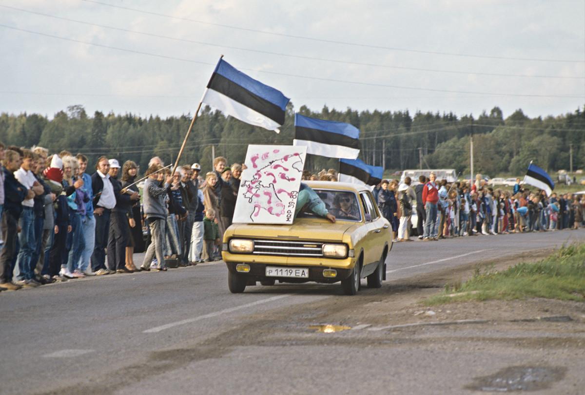 エストニアのラプラ市の辺りで作った人間の鎖、1989年8月23日