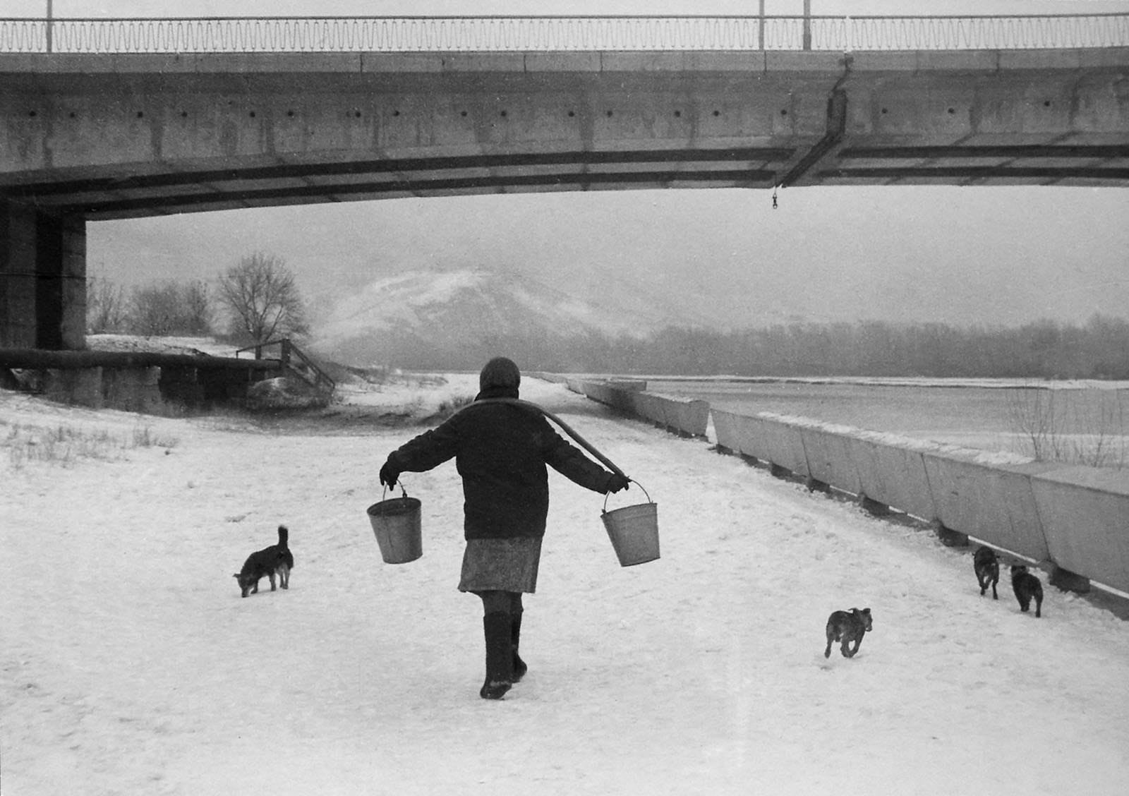 En allant chercher de l'eau (Oust-Kamenogorsk, 1984)