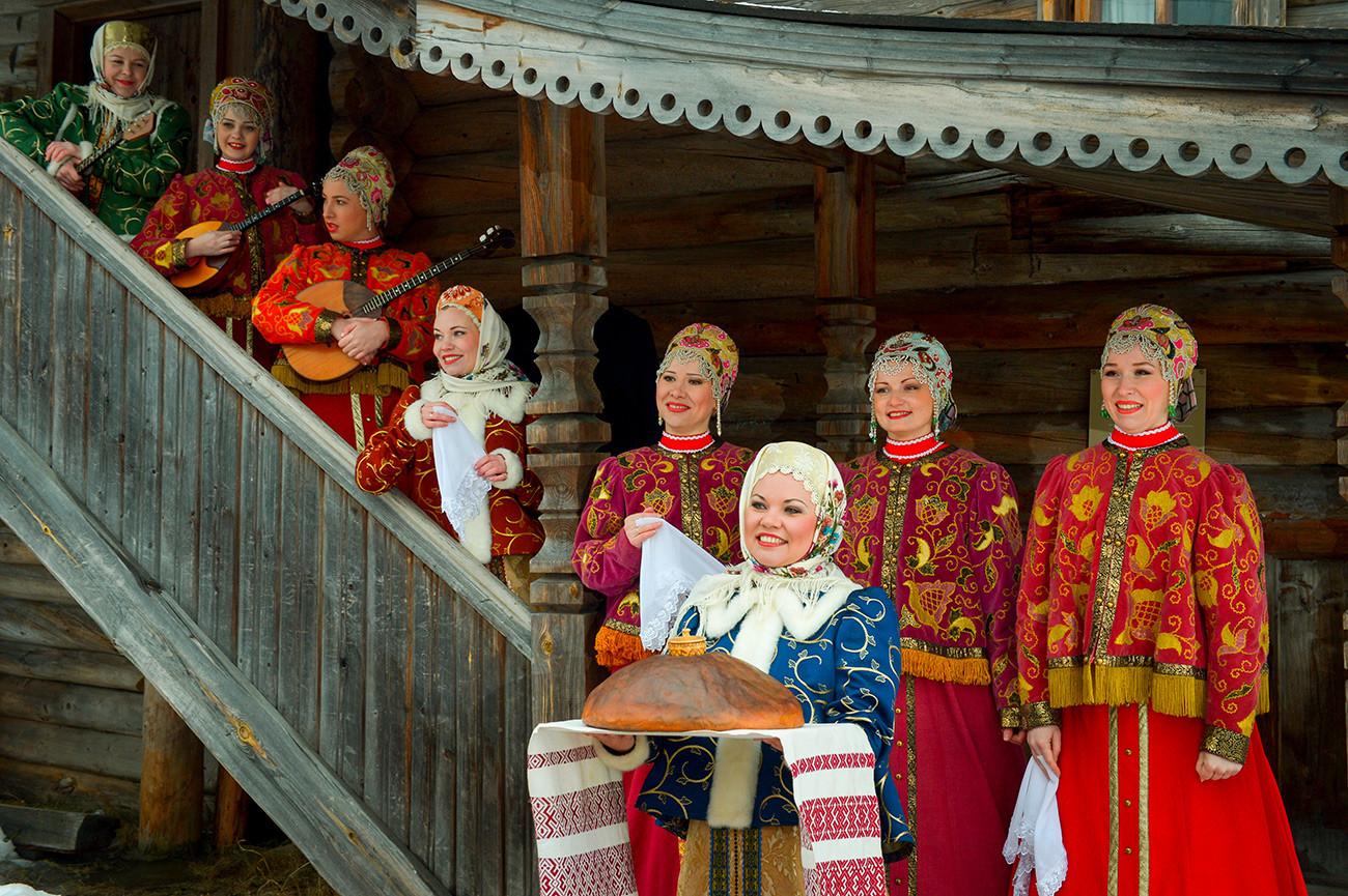 Участницы Государственного академического Северного русского народного хора в музее деревянного зодчества
