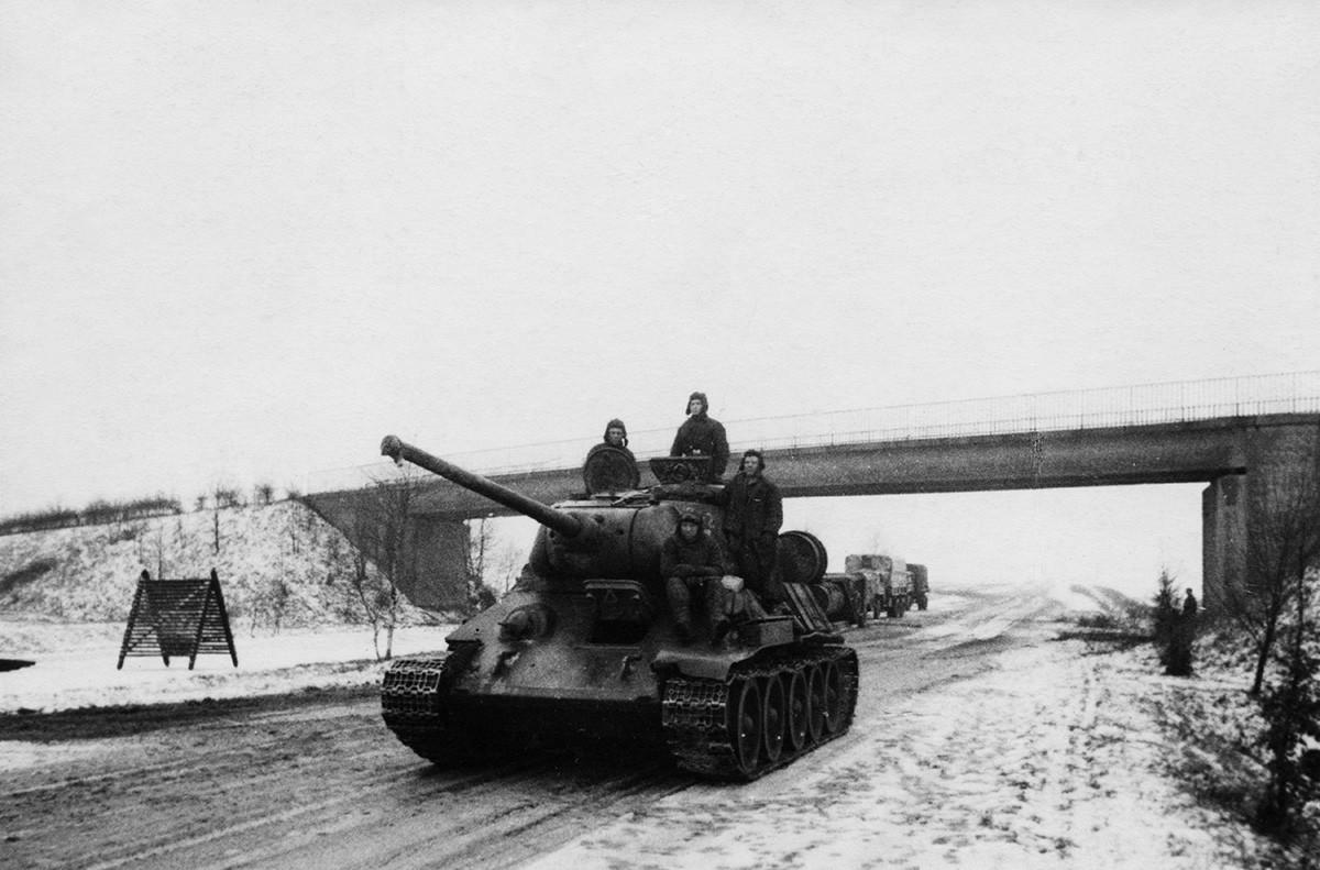 ベルリン辺りの高速道路で走っているT-34戦車、1945年