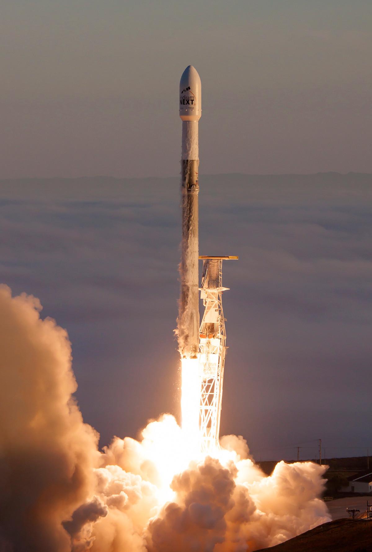 Ракетата Falcon 9 с десет комуникационни спътника Iridium NEXT по време на изстрелване от космодрума