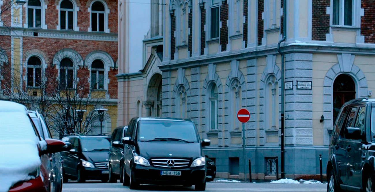 This is a Hungarian license plate, and Budapest street signs are visible on the corner of the building