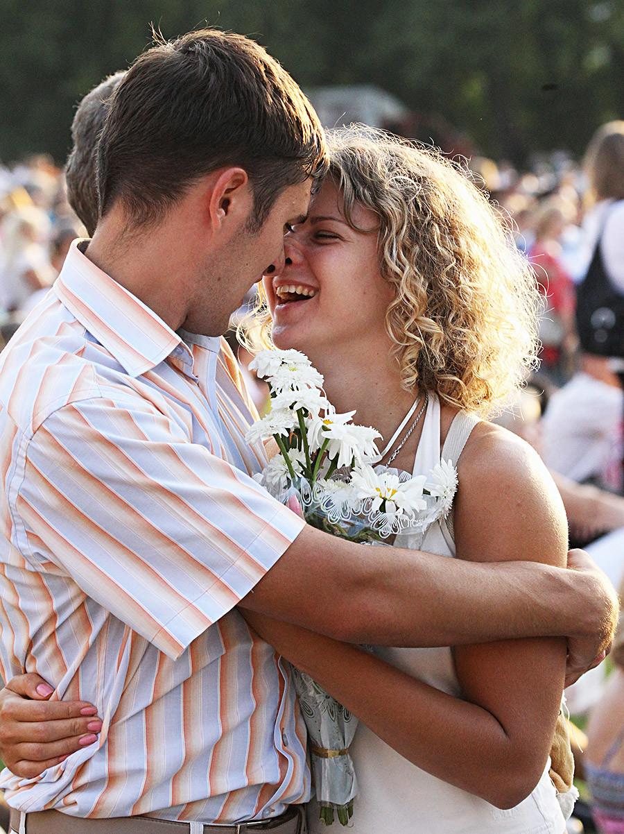 Un couple au parc de Tsaritsyno, en banlieue de Moscou, lors de la Journée de la famille, de l'amour et de la fidélité