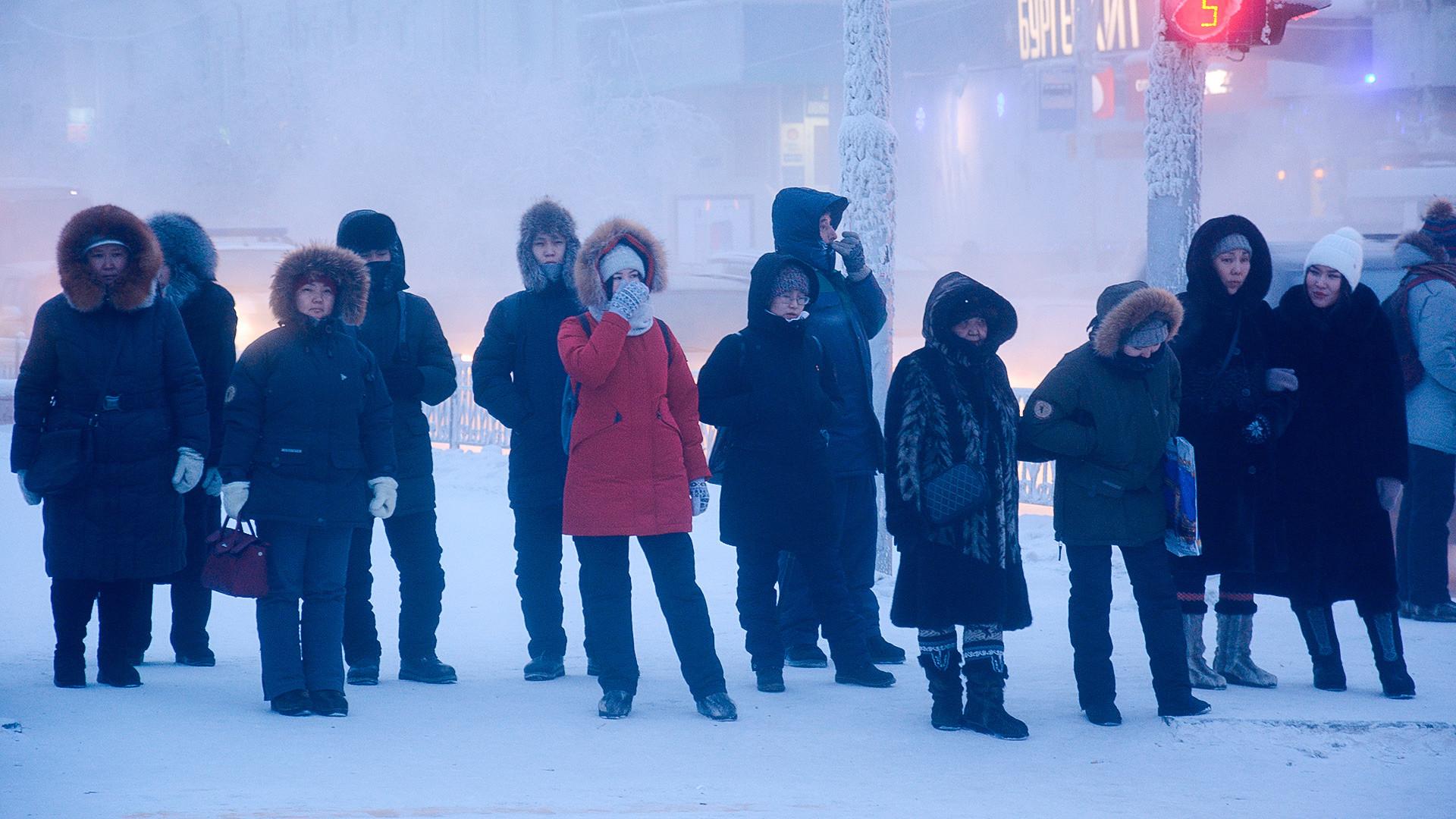 Местные жители на одной из улиц города Якутска. Температура опустилась до отметки минус 47 градусов по Цельсию.