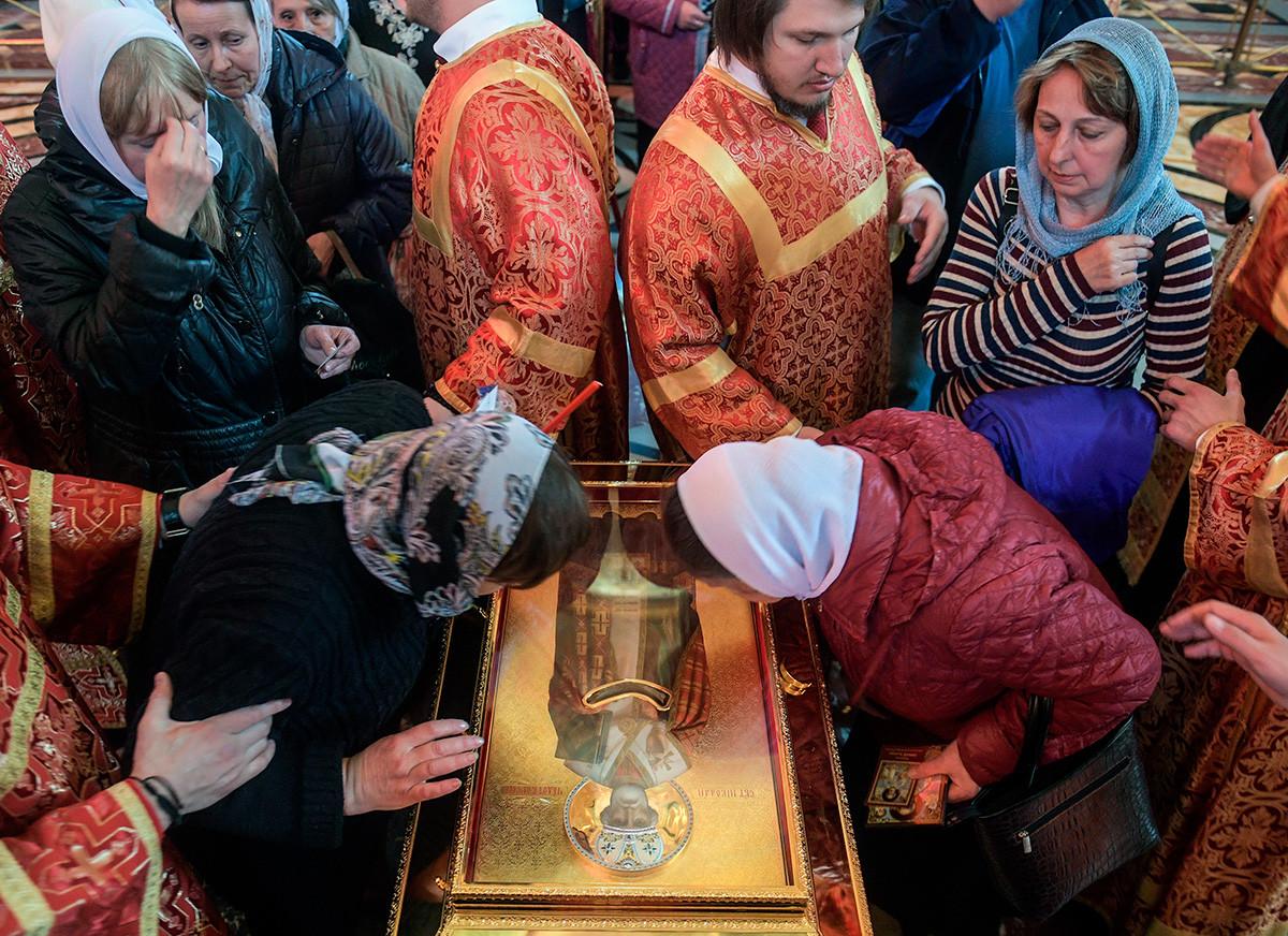 Вярващите пред мощите на Свети Николай Чудотворец в катедралният храм
