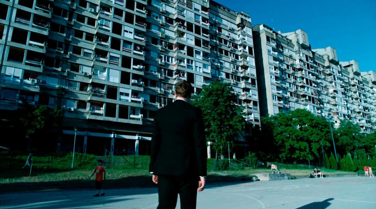 Alex, en McMafia, se prepara para visitar su hogar de infancia, pero no existieron edificios como este en Moscú