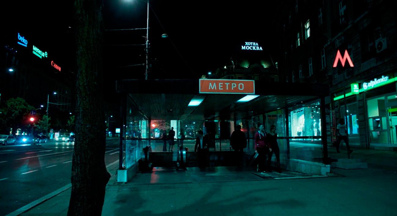 La señal retro del metro y el tipo erroneo de letra M son los primeros signos de que esto no es Moscú