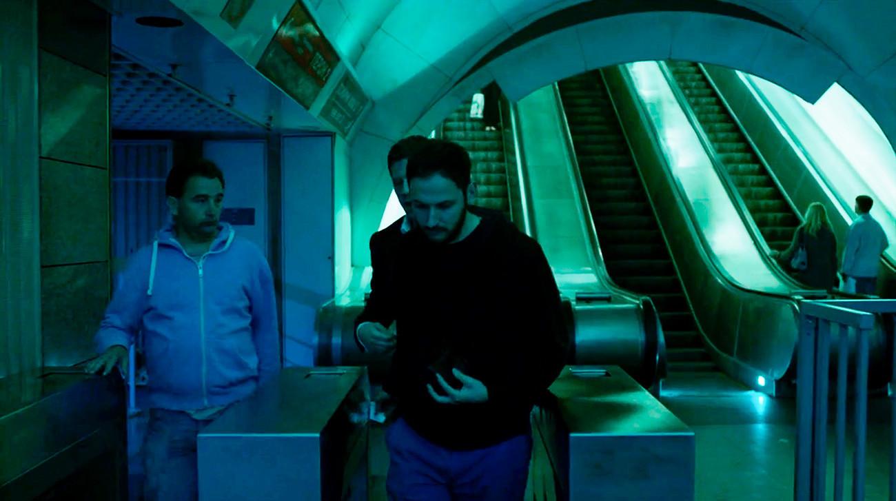Una vez en el metro, Alex lleva a un viajero a través de los torniquetes
