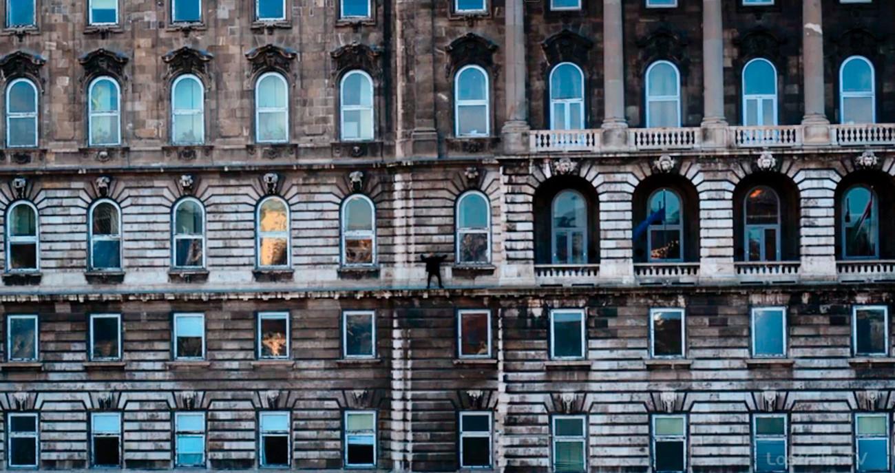 Carrie Mathison, personaje protagonista de 'Homeland', camina por la cornisa exterior de la sede ficticia de la GRU en Moscú…pero los showrunners se olvidaron de quitar las banderas de la Unión Europea y de Hungría
