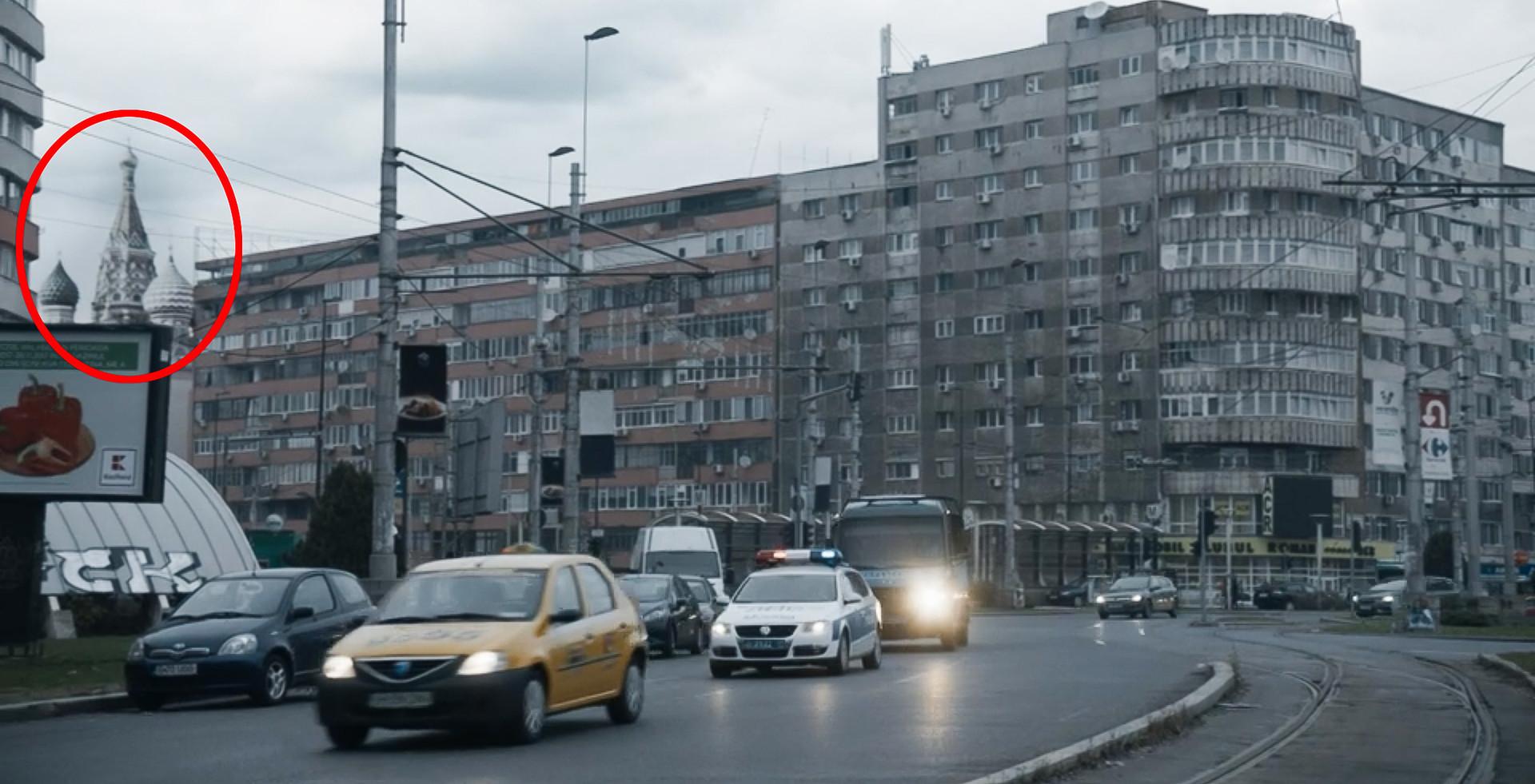 """Esta escena de """"Killing Eve"""" es Bucarest en estado puro, con matrículas rumanas y anuncios en rumano. La Catedral de San Basilio de Moscú fue incrustada en el fondo digitalmente para que se pareciera más a Moscú"""