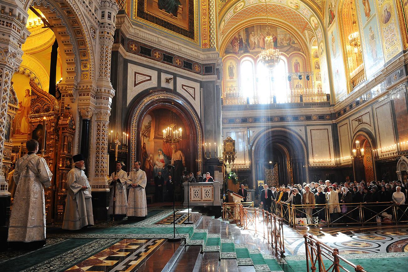 Así es como luce  la catedral de Cristo el Salvador por dentro. A pesar de que los asientos fueron retirados (un detalle en el que los responsables de arte acertaron) una iglesia ortodoxa rusa exhibiría íconos