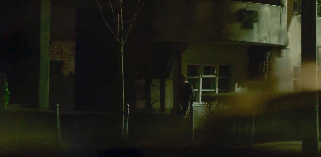El ficticio Legásov se dirige a esconder sus cintas detrás de un ladrillo suelto en su aparentemente ruinoso edificio