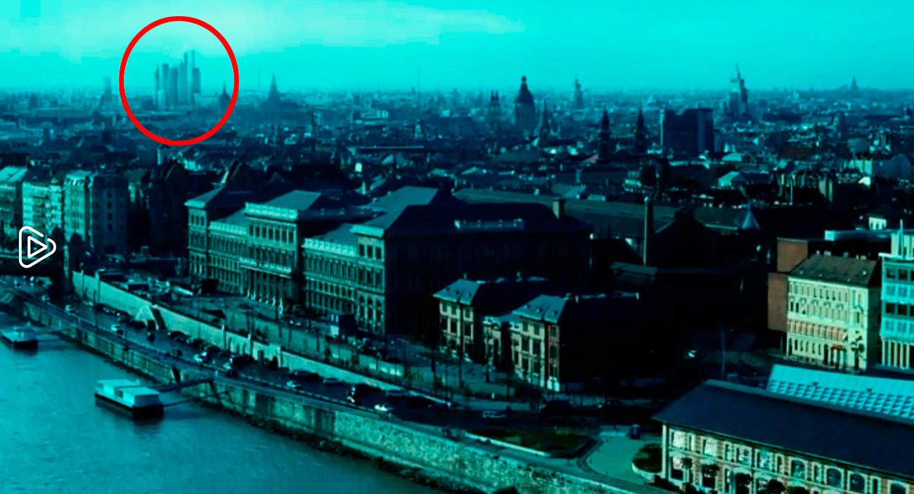 Esta vista panorámica de Budapest, con la Universidad Corvinus de Budapest en primer plano, se convirtió en una de Moscú insertando al fondo la imagen del distrito comercial de la capital rusa.