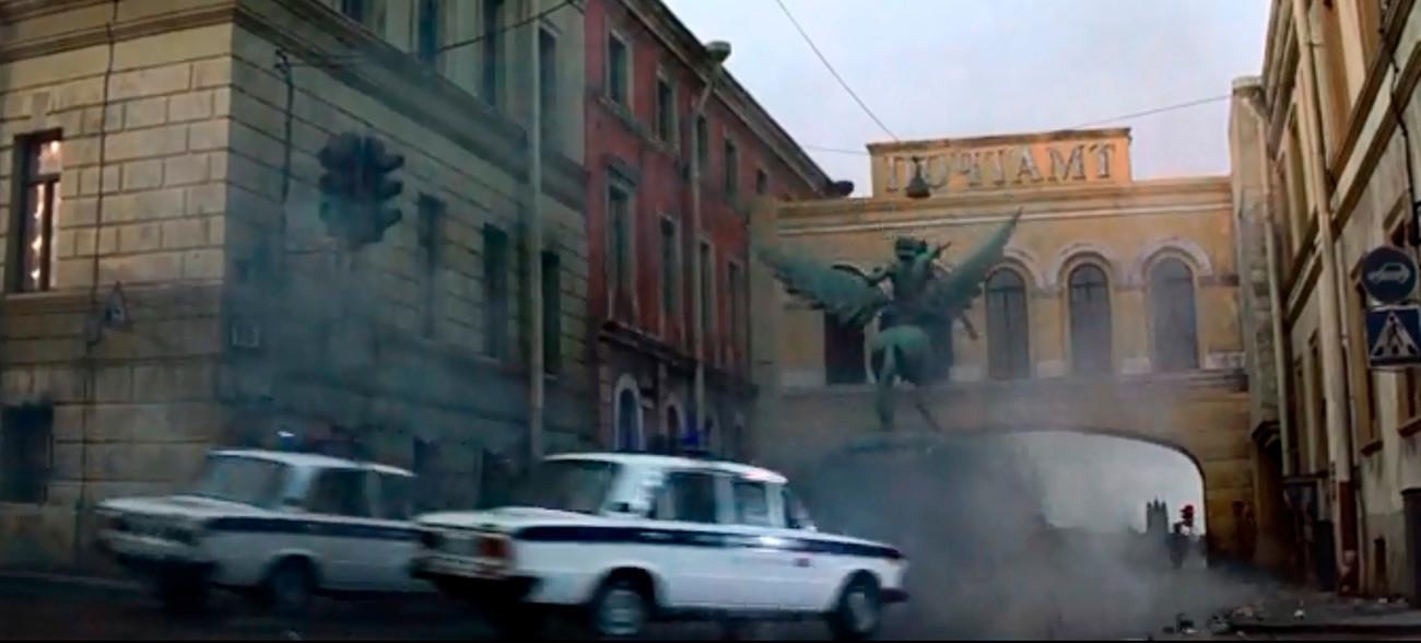 Pierce Brosnan filmó la escena de la persecución de tanques en el lugar real, conduciendo un tanque de verdad, pero las tomas en las que se causaban daños, como esta, fueron filmadas en unos decorados