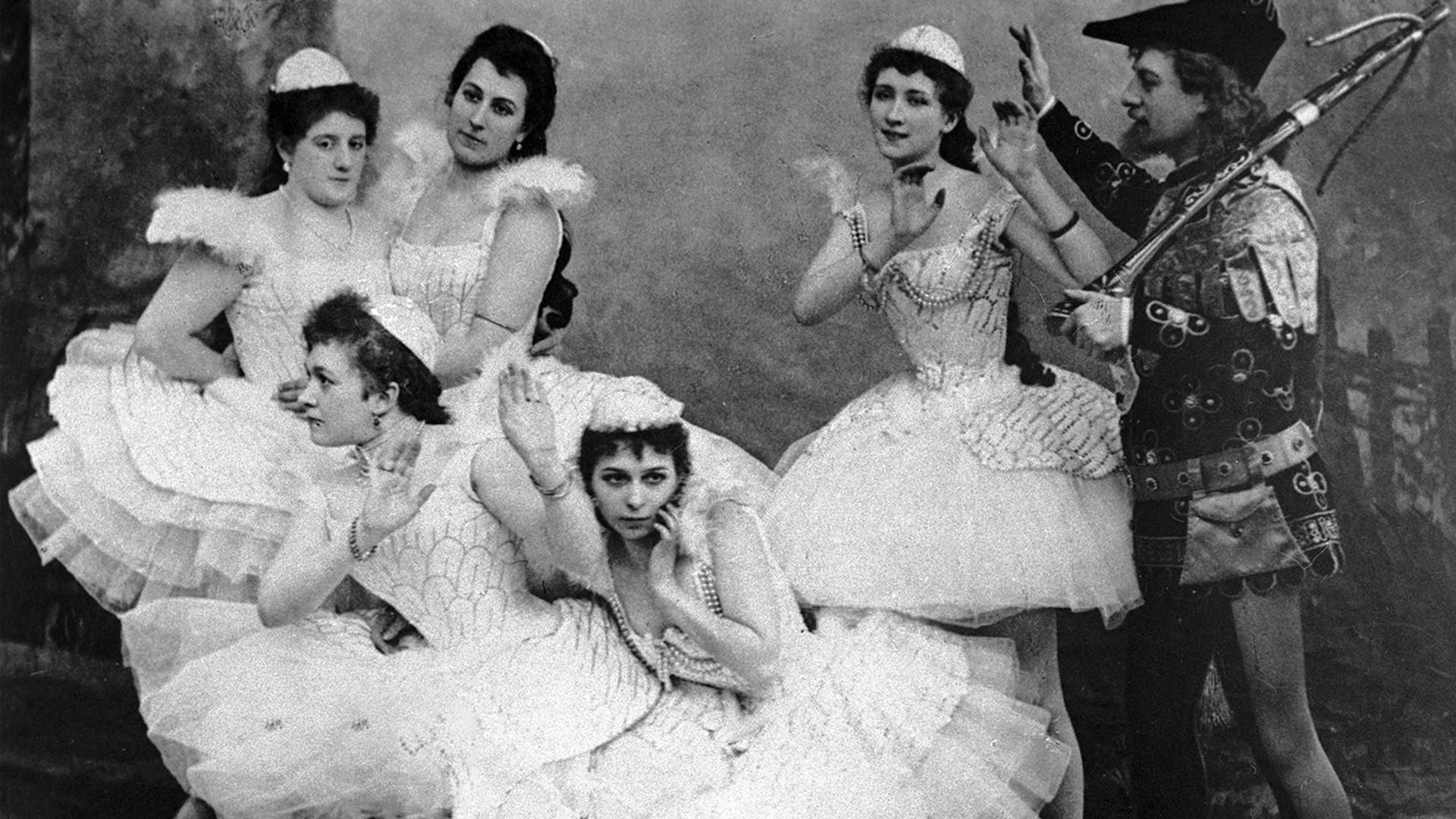 """Scène du ballet """"Le Lac des cygnes"""" lors d'une représentation au théâtre Mariinski de Saint-Pétersbourg"""