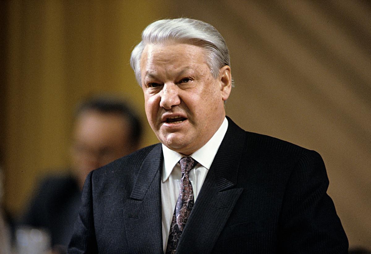 Председник Руске Федерације Борис Јељцин држи говор пред руским официрима 1992.