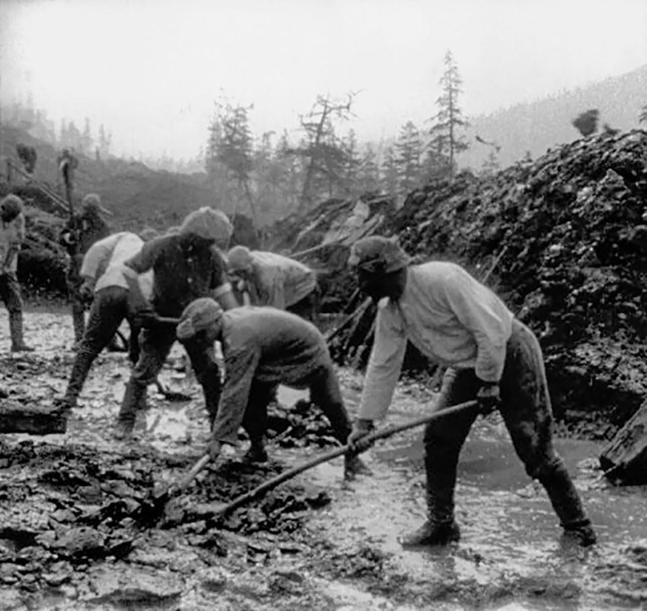 Prisioneros construyen una carretera en Kolimá