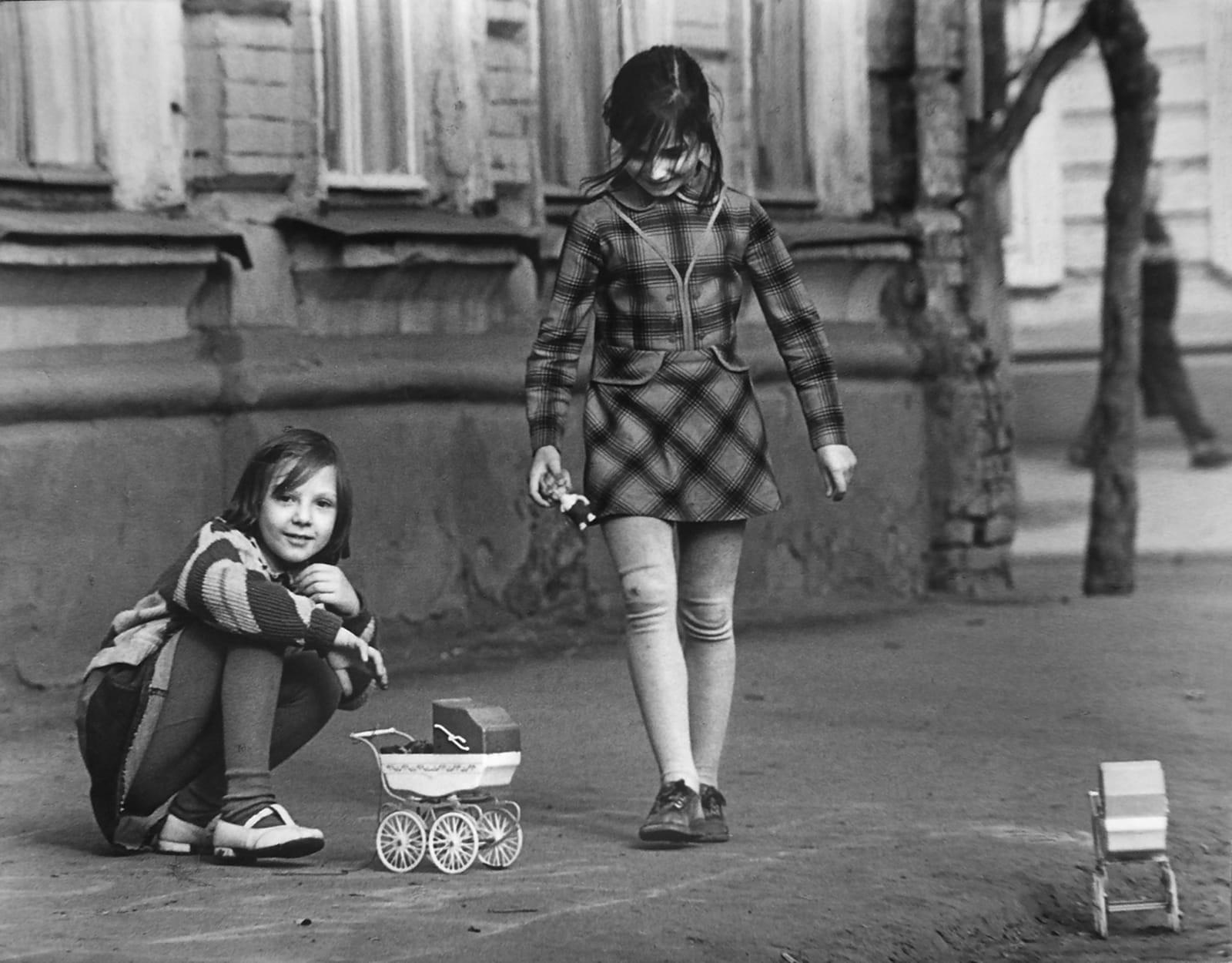 Kinder spielen Erwachsene (Saratow, 1980)