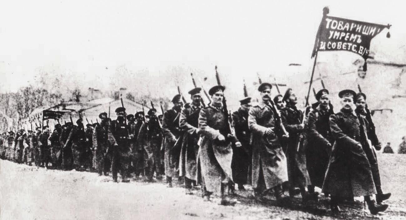Pskovski odred Rdeče armade odhaja na položaje (1918).