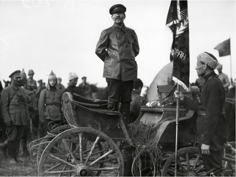 Govor Mihaila Kalinina med vojaki. Kalinin je bil v času državljanske vojne zadolžen za propagando.