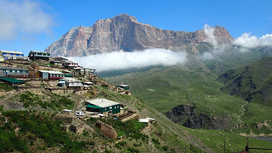 Горный поселок Куруш на фоне горных пейзажей Кавказа