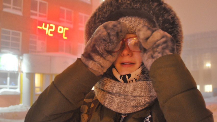 Una joven, en una calle de Norilsk, a -42