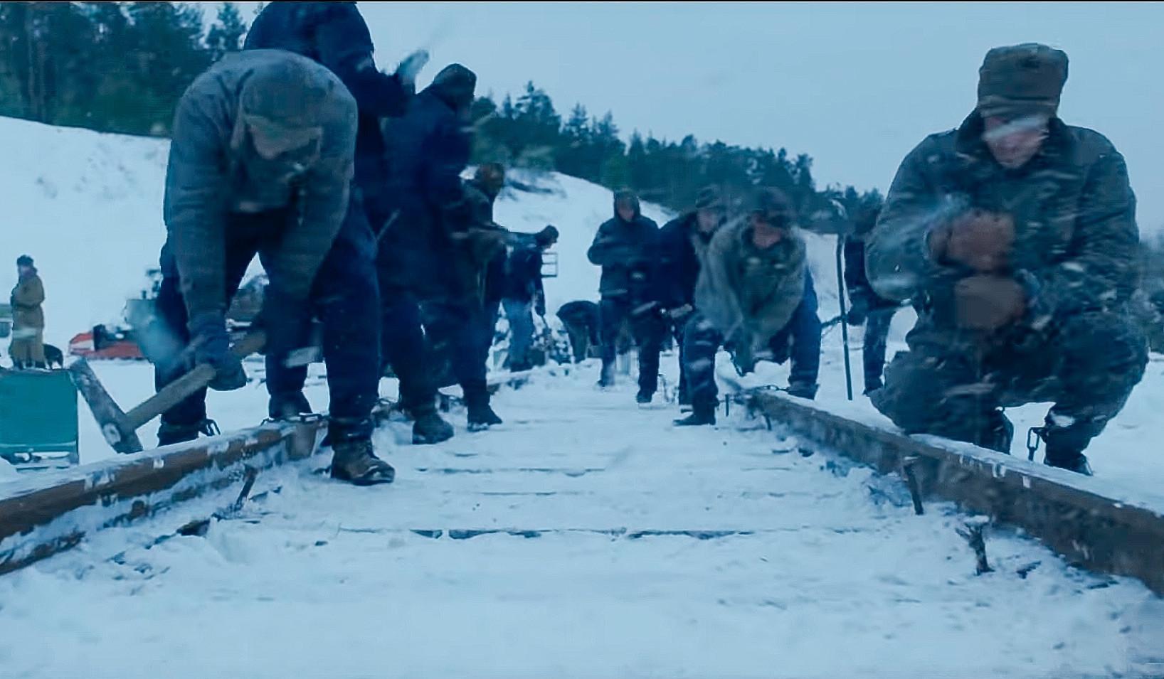 Los prisioneros están construyendo un ferrocarril, presumiblemente el ferrocarril BAM , en el tráiler oficial de la temporada 4