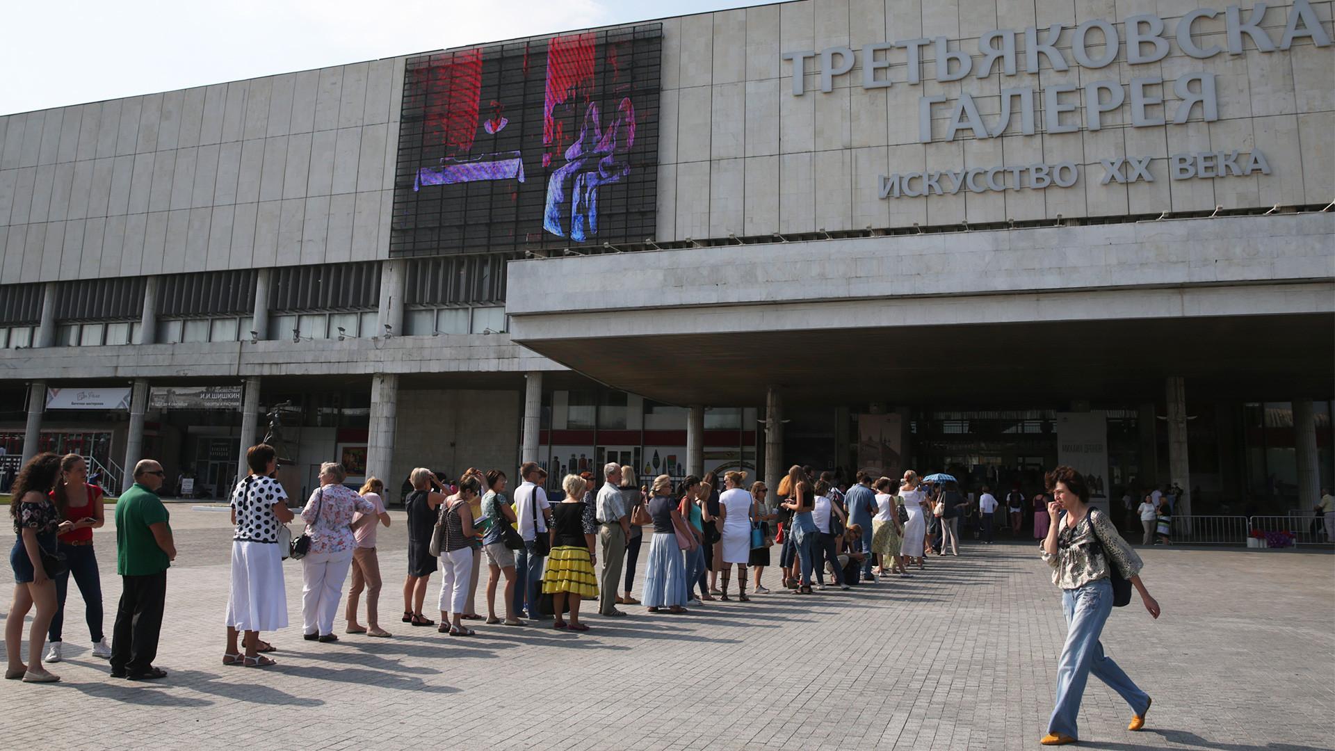 Queue pour l'exposition coïncidant avec le bicentenaire du peintre Ivan Aïvazovski