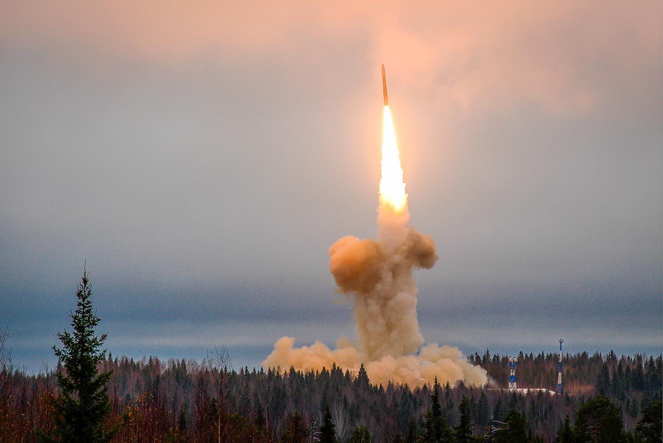 """Лансирање на интерконтиненталната балистичка ракета """"Топољ-М"""" од космодромот Плесецк."""