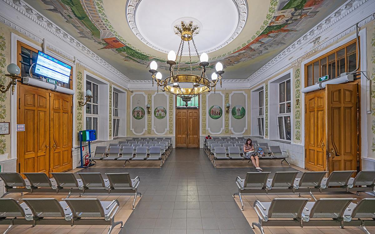 Зал ожидания в здании вокзала станции Царицыно.