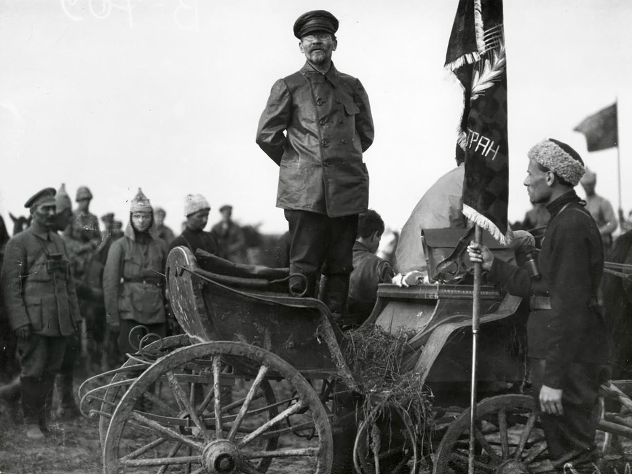 Михаил Иванович Калинин држи говор. Тој во текот на граѓанската војна ја водел пропагандата на фронтовите каде држел говори во единиците на Црвената армија и пред мештаните.
