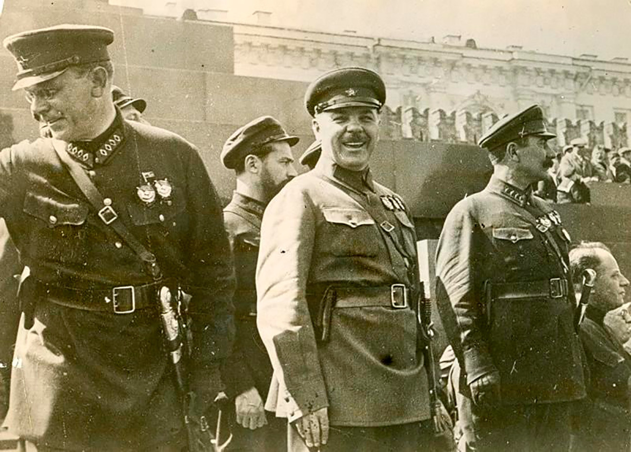 Командирите на Црвената армија Август Корк, Јан Гамарник, Климент Ворошилов, Семјон Будјони пред Мавзолејот на Ленин.