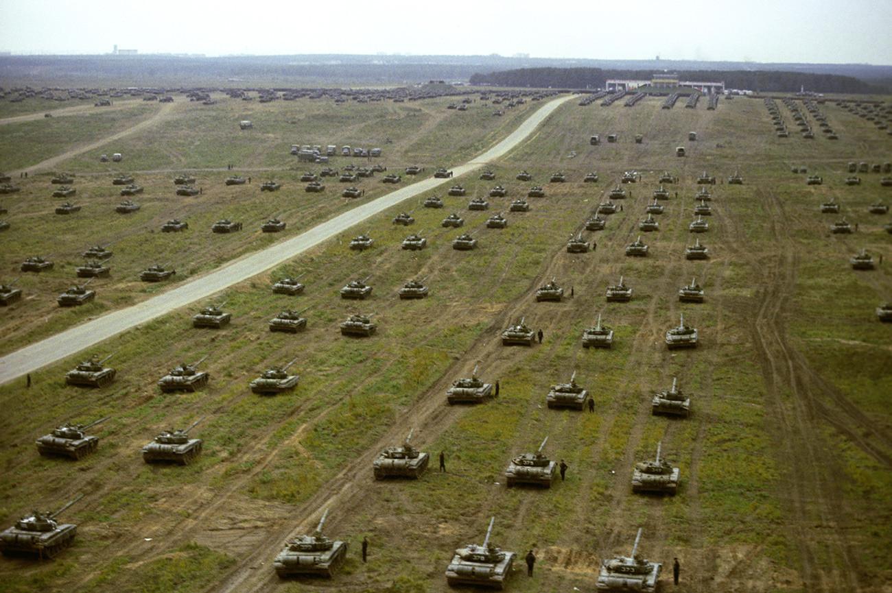 Exercices opérationnels et stratégiques de l'armée et de la marine de l'URSS et des pays du Pacte de Varsovie. Des chars en marche lors d'une inspection des troupes sur le terrain.
