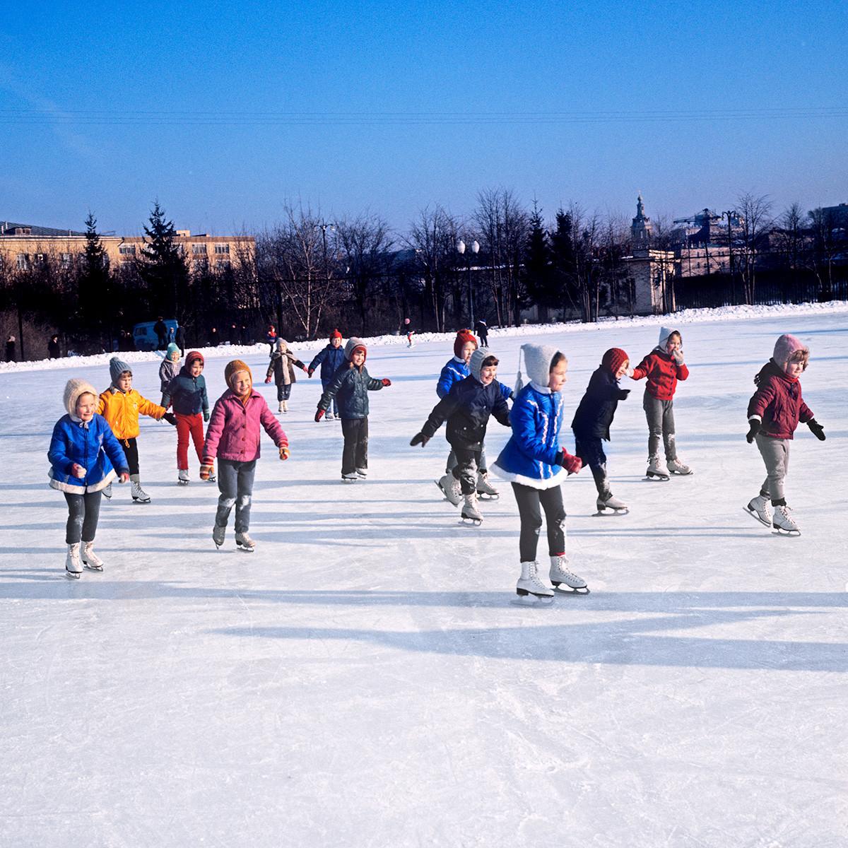 Élèves d'une école de patinage artistique, Moscou, 1973