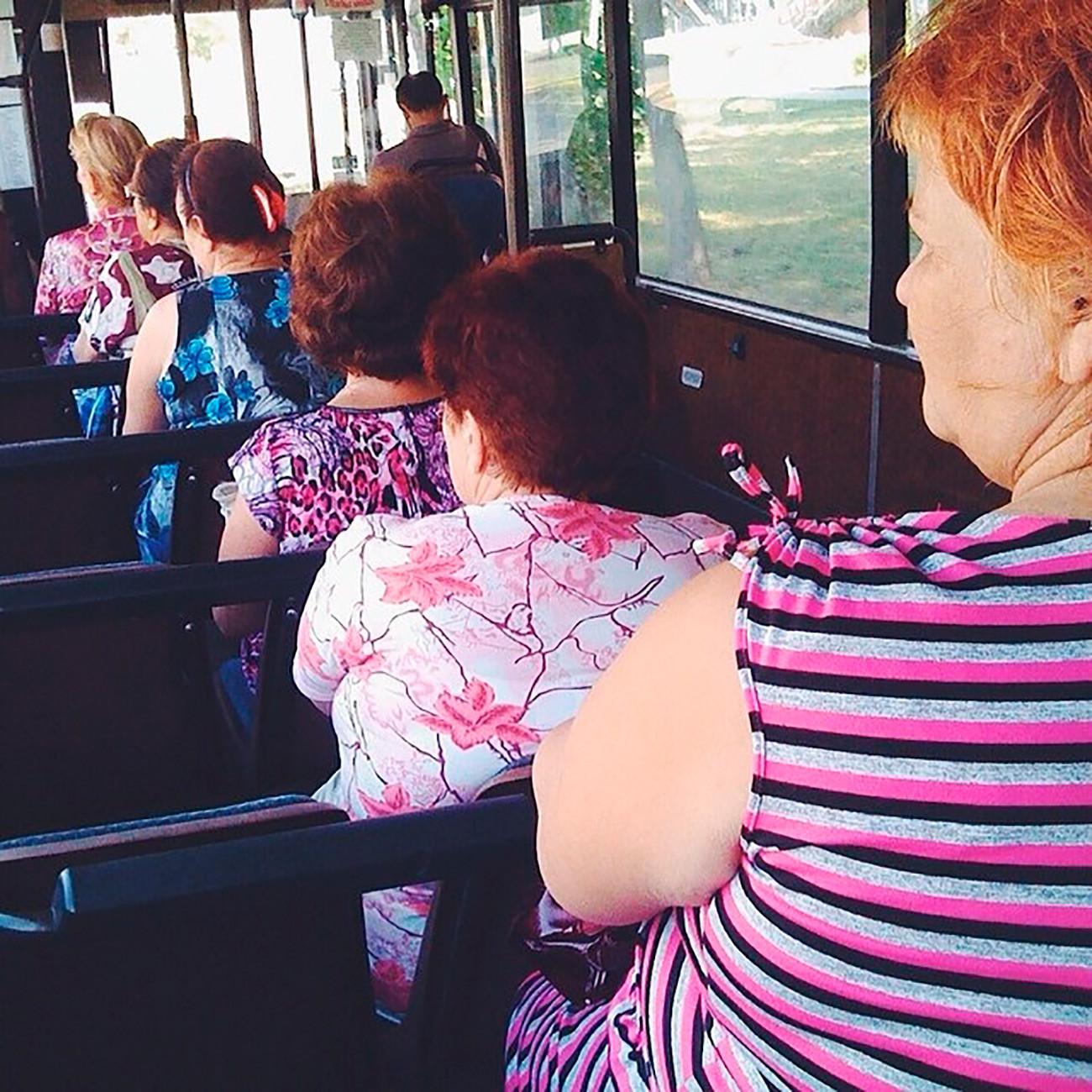 「なぜこれほど多くのバーブシカたちが朝から公共交通機関を使うのか誰も知らない。中には、毎日午前6時に何かの謀議か秘密の集会が行われているのだと信じている人もいる」