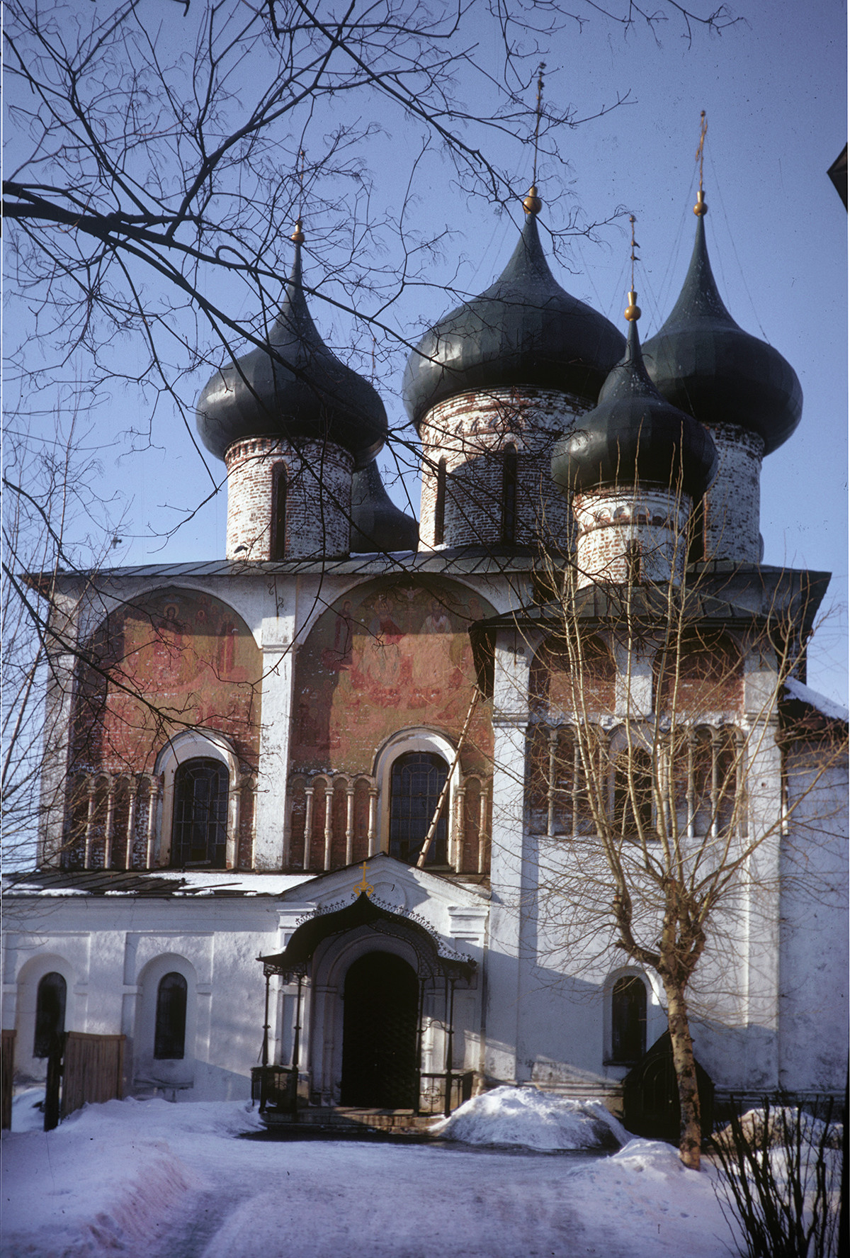 Savior-St. Evfimy Monastery. Cathedral of the Transfiguration of the Savior, south facade with remnants of frescoes (subsequently whitewashed). Right foreground: early 16th-century Chapel of St. Evfimy. March 5, 1972