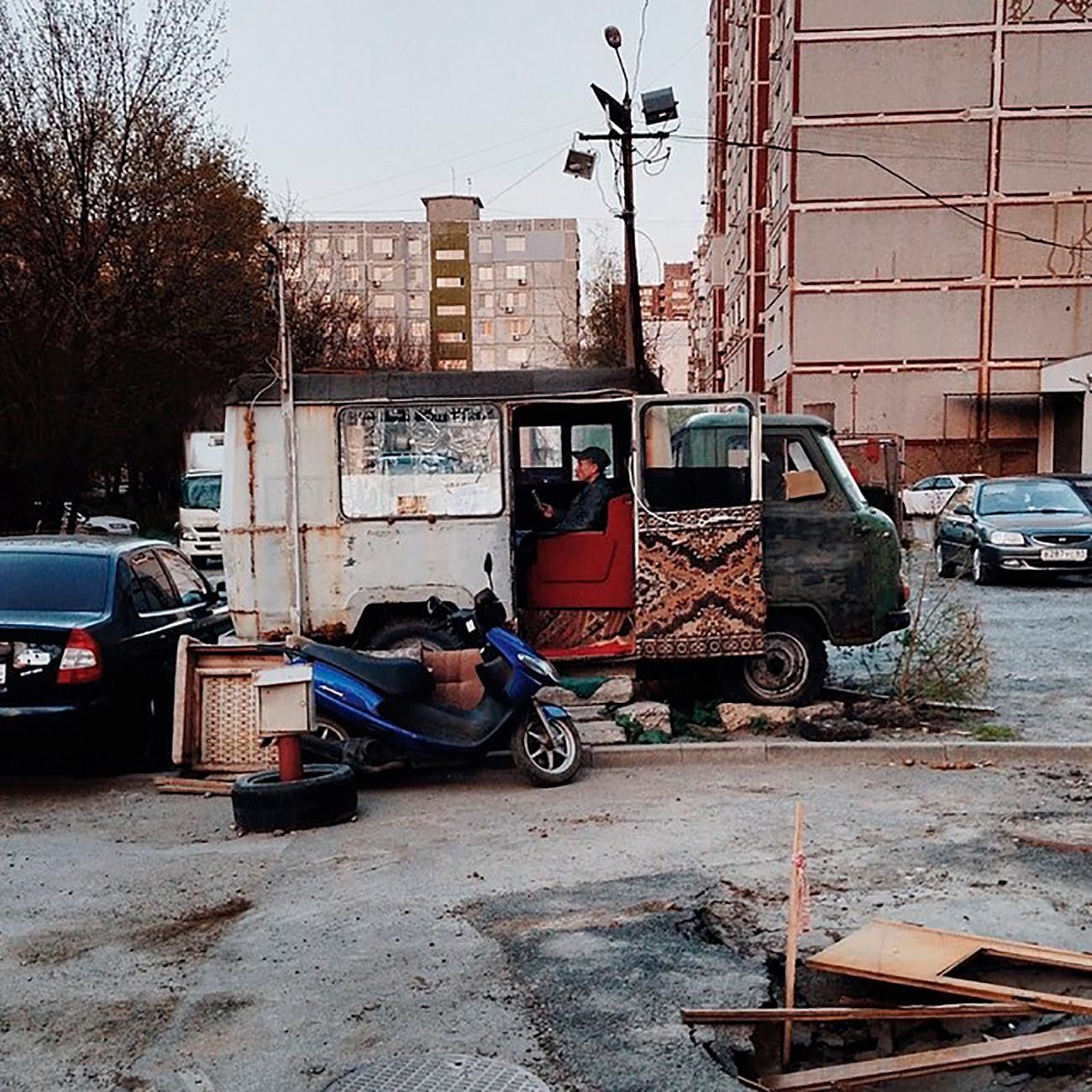 """""""Наш друг Саша из Ростова на Дону је изнајмио прелепу собу. Није далеко од центра а у близини је супермаркет 'Магнит'. Има ТВ и кауч. Код њега може и да се преноћи. Саша онда спава у возачкој кабини."""""""