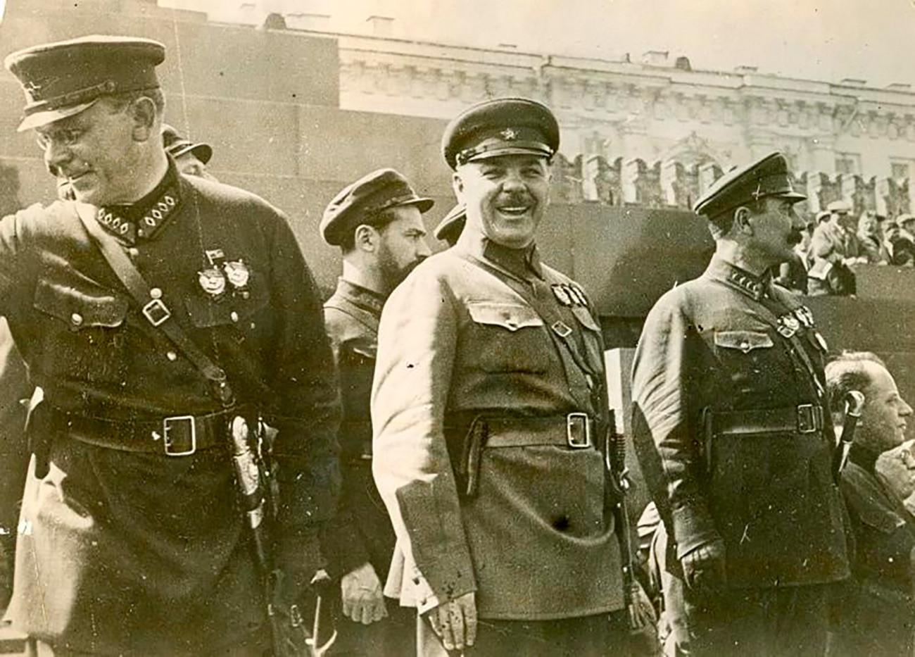 Comandantes do Exército Vermelho August Kork, Ian Gamarnik, Kliment Vorochilov, Semion Budiónni ao lado do Mausoléu de Lênin.